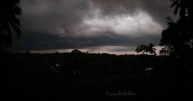 മഴകകറ .. വണട മഴ... അലല ഇപപ മഴയകക സമയവ കലവ ഒനന ഇലല... മഴകക മൻപളള ആകശ അതനറ ഭഗ ഒനന വറതനന.... . . . . . . The beauty of Clouds in the Sky Before Rain it's Just an another Phenomenon of Nature Beauty . . . . . . . . . #nature #sky #nature_lovers #nature_brilliance #ff_nature #naturephotography #natureshots #outdoors #nature_good #ig_today #earthgallery #tree_magic #tree #colors #clouds #natureworld_photography #light #weather #landscape #ig_naturelovers #ig_nature #skylovers #dusk #weather…