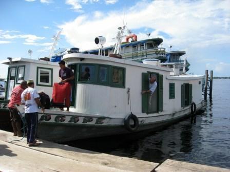 Monsignor Sergio Eduardo Castriani è abituato alle difficoltà. Due volte all'anno percorre il Rio delle Amazzoni sulla sua barca di legno per visitare le sue parrocchie.  http://acs-italia.org/progetti-in-corso/tefe-le-nostre-strade-sono-i-fiumi-i-ruscelli-e-i-laghi/