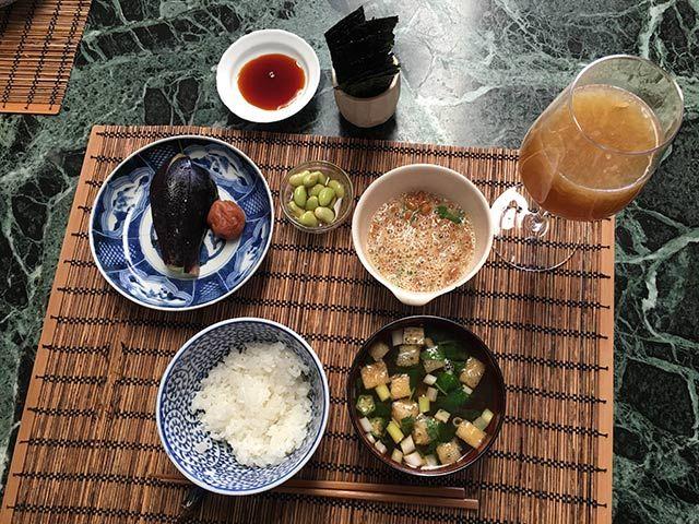 朝ごはん:ご飯、生ジュース、味噌汁(ネギ、揚げ、オクラ。ミツバ)、納豆、豆マリネ、海苔、水ナスのぬか漬け(まだ漬かっていなかった)、梅干し、生ジュース