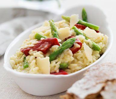 Risotto med sparris och grillad paprika är en rätt med luxuösa och fräscha smaker. Risotton får en perfekt krämighet och parmesanost gör den både festlig och smakrik. Mycket gott att servera till stekt fisk.
