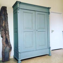"""Antieke landelijke linnenkast sleets afgewerkt in de kleur """"mineral grey"""" vergrijsd lichtblauw, en daarna geheel mat afgelakt. De kast is geheel demontabel, en zou dus gemakkelijk op een bovenverdieping geplaatst kunnen worden. De kast heeft een drietal grote legplanken en onderin in de kast zit ook nog een flinke opbergruimte.  Afmetingen:  200,5cm hoog 148,5cm breed 60cm diep"""