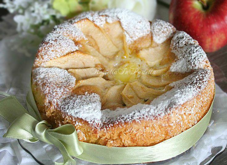 Torta rustica di mele e crema pasticcera. Una torta morbida e gustosa, che gratifica il palato. Un'ottima base per torte alla frutta, dal cuore morbido.