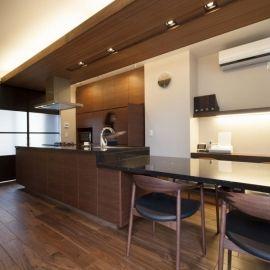 クッチーナ事例 アイランド + ダイニングテーブル 一体型でキッチンが主役の家に