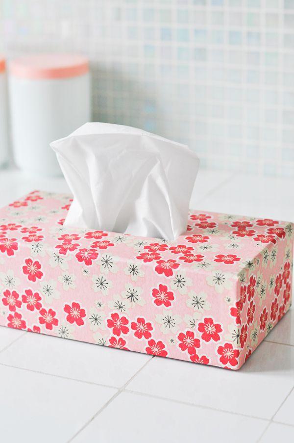Boite à mouchoirs tapissée de papier japonais washi, fleurs rouges et blanches sur fond rose - Adeline Klam Créations