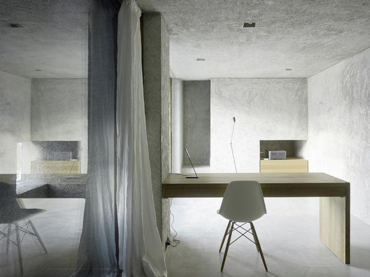 Schickes Arbeitszimmer im Tiefgeschoss mit Holztisch