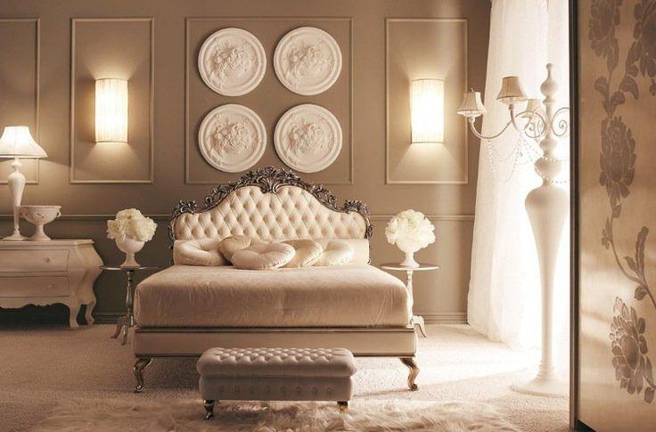 rosaces en plâtre et caissons en décoration murale chic dans la chambre sophistiquée