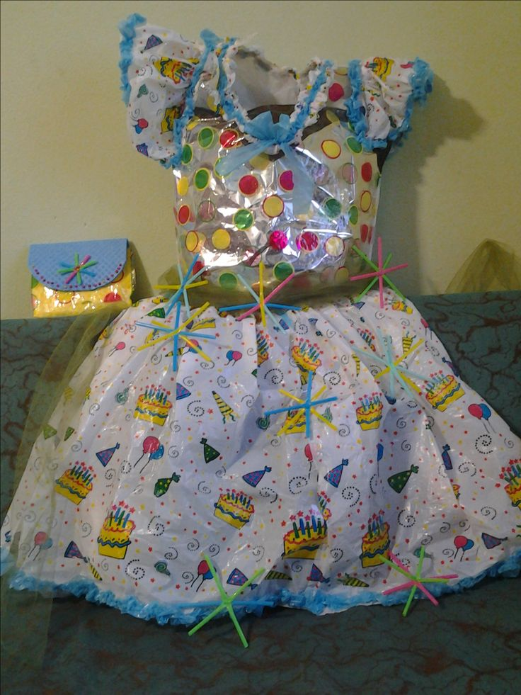 Una tovaglia di plastica, e sacchetti di indumenti e cannucce, per un'abito allegro