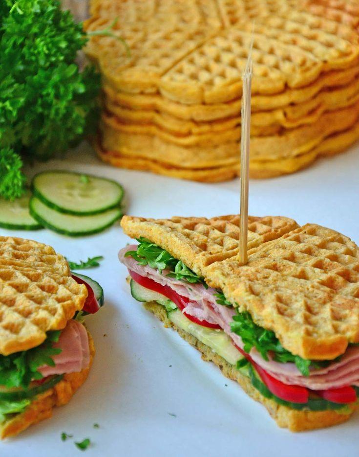 Sunne, proteinrike sandwichvafler  Healthy sandwich waffles (ca. 8-10 vaffelplater)  INGREDIENSER: 250 g gulrot, finraspet (ca. 3 stk) 2 egg 3 eggehviter 150 g mager kesam 200 g havremel 2-3 ss sukrin 2 ts bakepulver 1 ts sitronsaft 1/2 ts salt Et knivsodd muskatnøtt Vann/melk til passe konsistens