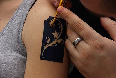 Hennafestés sablonnal?   Nézd meg hogyan készül! >> http://tytoo.hu/csillamtetovalas-blog/henna/henna-festes-sablonnal-nezd-meg-hogyan-keszul.html