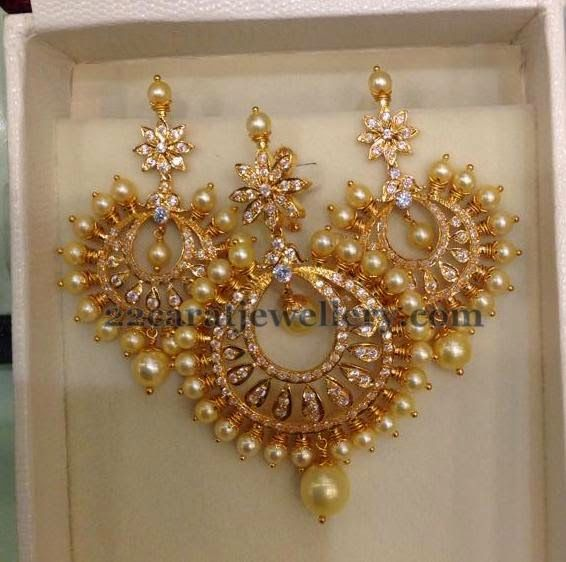 Jewellery Designs: 22 Carat Gold Chandbali Locket