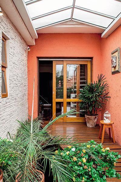 Em um bairro badalado de São Paulo, há uma vila tranquila, com casinhas que são puro aconchego. Veja o que há por trás da linda fachada de uma delas!