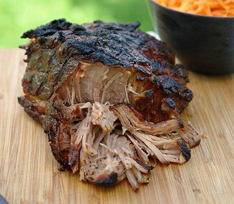Fantastiskt gott recept på Pulled Pork med fläskkarré. Koka köttet tillsammans med barbecuesås och lök tills det är riktigt mört. …