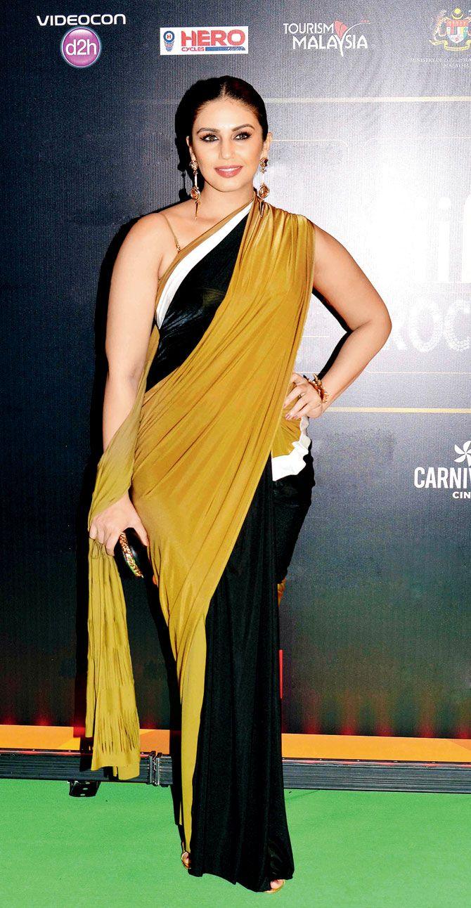 Huma Qureshi looking simple and elegant in a Shivan and Narresh sari at #IIFA2015 in Kuala Lumpur. #Bollywood #Fashion #Style #Beauty