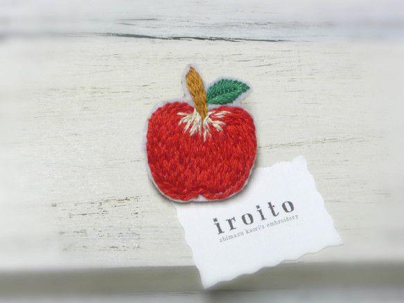 赤いリンゴのブローチ