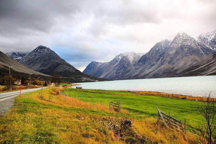 SÉRIE ESTRADAS CÊNICAS DO PEGADAS  Você já pensou como seria encontrar Fiordes e Aurora Boreal na mesma estrada?  Assim foi o nosso roteiro pelas estradas E8 e 91 na região de Tromso na Noruega.  Durante o dia conhecemos os fiordes Ullsfjorden e o Lyngen por onde a estrada passa. Durante à noite foi a vez da nossa caçada à Aurora Boreal! Não tivemos dúvidas: esse trajeto com certeza faria parte da nossa série#estradascenicasdopegada!  Para conferir o roteiro completo com mapa e todas as…