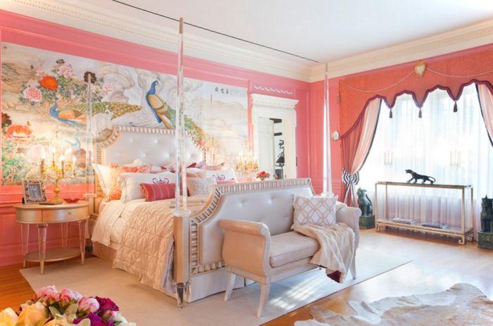 idée peinture chambre, papier peint à motifs paon, murs rose, plafond blanc, tapis beige, table de chevet ronde