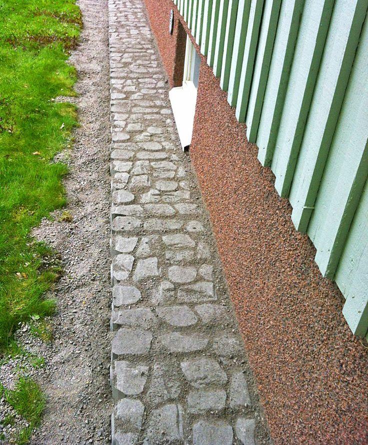 #Louhikivellä sokkelin vierustat näyttäväksi ja kiveys on helppo pitää siistinä harjaamalla. Pihaan panostaminen on nyt IN!  Aalman Oy - #kivityöt, p. 0400 159434 www.aalman.fi
