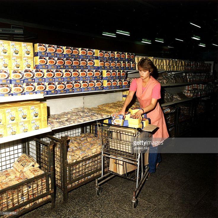 Verkäuferin füllt Regale mit Nudelpaketen auf - 1984   Kaufhalle am Ostbahnhof in Berlin   January 01, 1984   Credit: ullstein bild