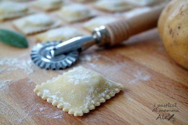 I Ravioli di patate saporiti ben si sposano con un condimento che non copra troppo il loro gusto delicato