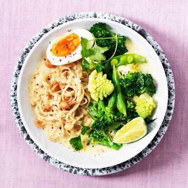 Ta genvägen via färdig soppa, snabbkokta äggnudlar och frysta grönsaker för en matig soppa med mycket smak och färg. Här har vi valt en soppa med smak av röd curry. Med jordnötter, koriander och lime blir det till en asiatisk fullträff!