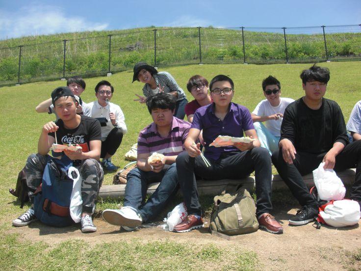 小田先生と新入生の男子学生たち