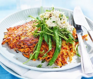 Sötpotatisplättar med fetaost och ärtskott är en lättlagad och lyxig vardagsmat. De frasiga plättarna steks i ugnen, där får de en fin gyllenbrun yta. Som tillbehör serveras en kräm gjord på fetaost och crème fraiche, krydda med svartpeppar. Samt en krispig sallad på haricots verts och färsk persilja.