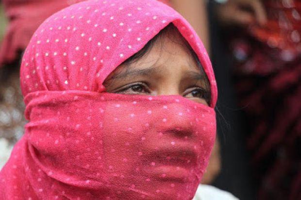 Berita Islam ! Wanita Rohingya Tak Sesali Kepergian Suami Mereka untuk Berjihad... Bantu Share ! http://ift.tt/2x4TJLt Wanita Rohingya Tak Sesali Kepergian Suami Mereka untuk Berjihad  Naypyidaw  Aisyah Begum tak pernah menyesali kepergian suaminya untuk keluar rumah pergi berjihad. Walau terasa berat Aisyah Begum yang akan melahirkan anak keenam ini tetap tabah. Sebab ia yakin jalan yang dipilih suaminya untuk angkat senjata melawan tentara pemerintah Myanmar hanya satu-satunya pilihan…