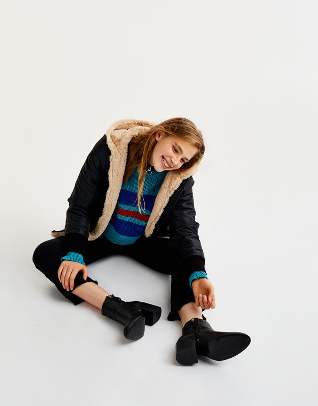 ¡Consigue un look + moderno con los abrigos de mujer de avance de otoño de PULL&BEAR! Parkas, gabardinas, chubasqueros, trencas o abrigos. #buynow