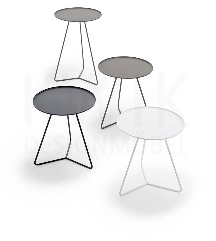 <p>Eine Serie von filigranen runden Beistelltischen aus Metall f
