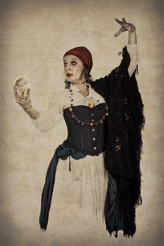 Le costume de la diseuse de bonne aventure de cirque est disponible à la location.