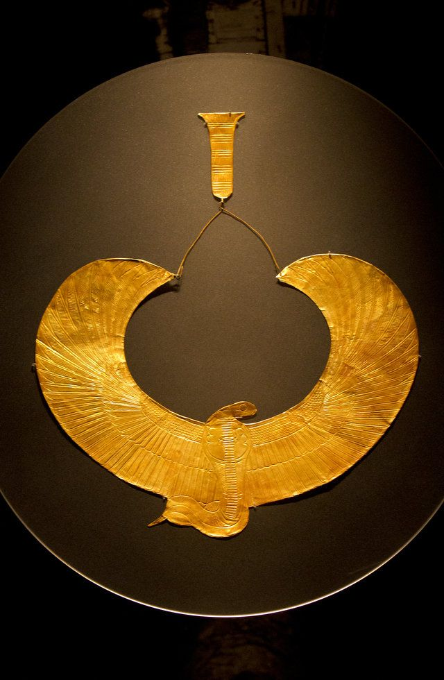 One of several engraved sheet gold collars found on the thorax of the #Tutankhamun mummy was this one, the Cobra Collar with Counterweight. #Egypt