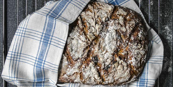 Ett härligt och gott glutenfritt bröd med seg skorpa, och det bästa är att det passar perfekt för alla, även dig med lite känsligare mage.Låt brödet jäsa i kylskåpet över natten och grädda sedan direkt på morgonen, perfekt frukost!1 stort brödTips! Blåbär kan ersättas med torkade tranbär, hasselnötter kan ersättas med valnötter.IBSfri Detta recept...