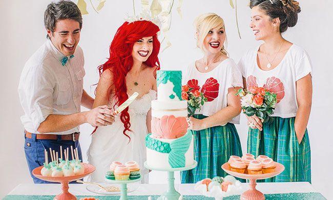 Het lange rode haar, alle oceaan details, en de trouwjurk met blauwe onderkant…  -  Vier bijzondere bruiloft thema's - Girls of honour // foto via Mathieu Photography