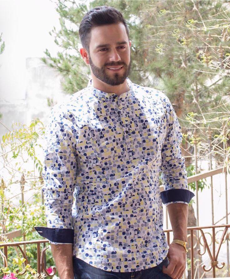 """Camisita floreada blanca de cuello mao con flores amarillas/ azules, Artículos hechos en México por la marca """"Moon & Rain"""" y de venta exclusiva en """"Tiendas Platino"""" #TiendasPlatino #Moda #Hombre #Camisa #Pantalón #Calzado #Mocasín #Outfit #Mens #Fashion #Dapper #Ropa #México #Looks #Style"""