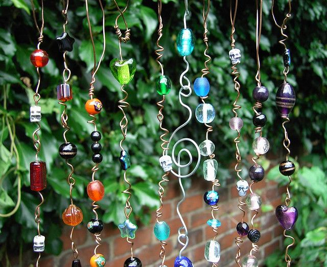 Keep the birdies off your plants!  A good use for all the beads that I have stored away.: Beaded Suncatchers, Garden Art, Windchimes, Glass Beads, Craft Ideas, Sun Catchers