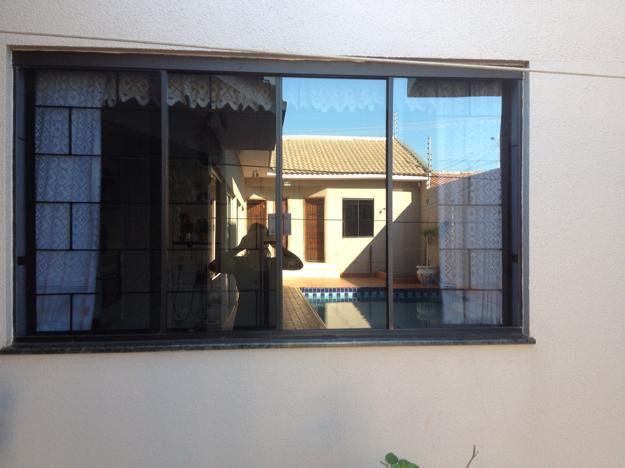 Imagem de http://br.vazlon.com/static/pics/2014/10/24/Janela-Blindex-Fume-Mais-Grade-Mais-Porta-Interna-Com-20141024133137.jpg.