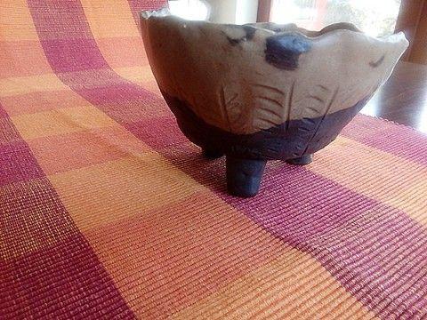 Keramická miska na třech nohách je určena na dekoraci, ale je na vás zda do ní dáte šišky nebo bonbony. Znásobí krásu  zasazených kaktusků.  Keramika z burelové hlíny částečně glazovaná, může propouštět vodu.  Průměr 14 cm.  Originál tvarovaný z ruky