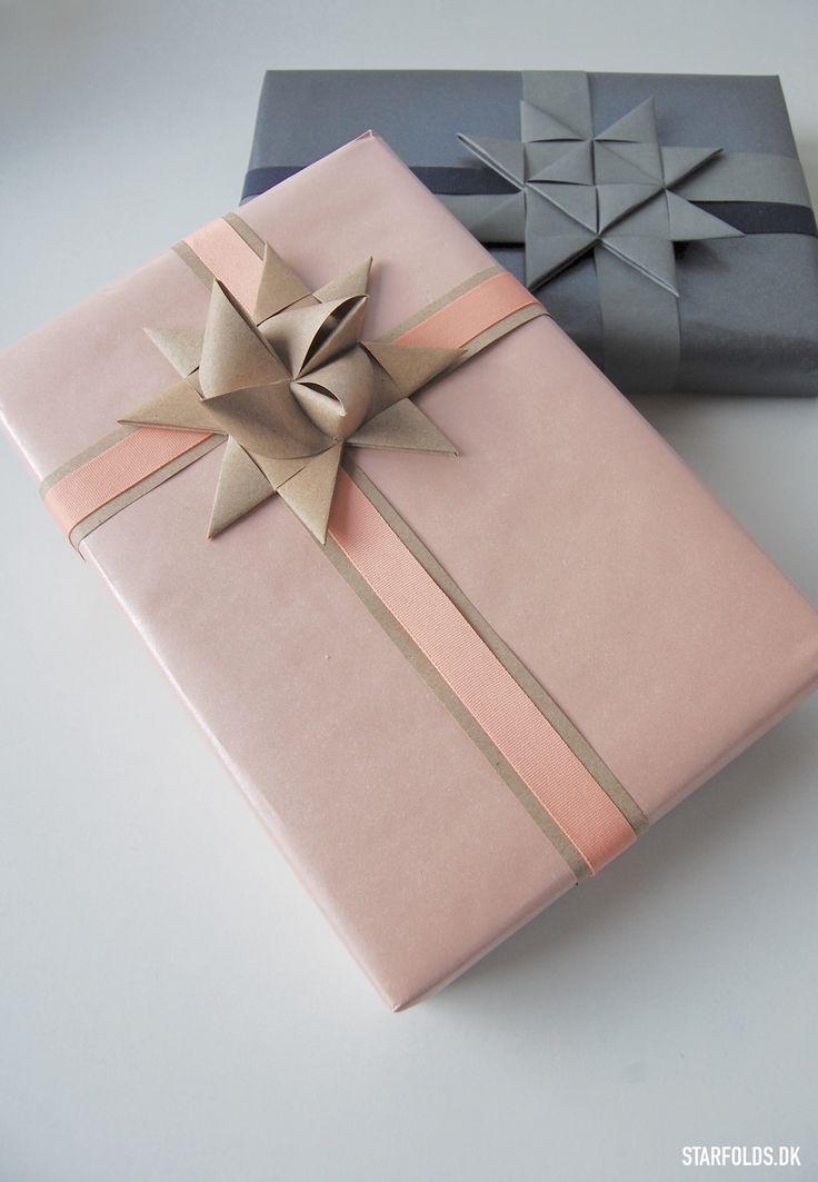 Skab flot gaveindpakning med strimler til julestjerner. Find inspiration her til stilren gaveindpakningen af dette års julegaver.