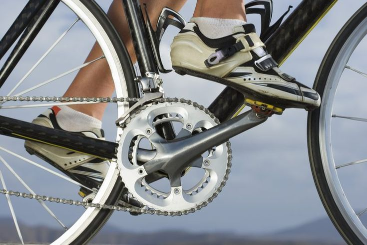 ¿Te duelen los pies por tu calzado de ciclista? . Nada ahuyenta más las ganas de ejercitarte sobre tu bicicleta que un par de pies doloridos. Ese dolor causado por el calzado puede debilitarte en tus paseos largos y la sensación de dolor se queda contigo aún después de haberte detenido. Este dolor ...