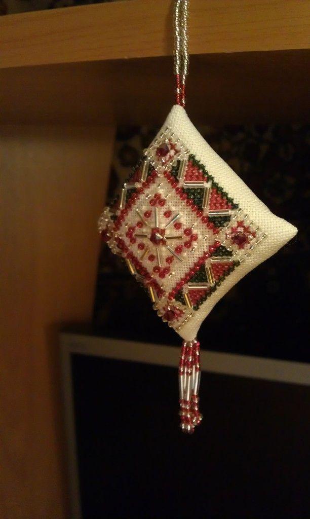 MILL HILL Красная бархатная снежинка (Red Velvet Snowflake)  Вышивка крестом и бисером.