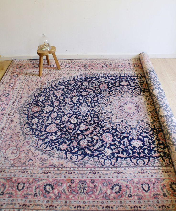 Super groot wollen kleed van Louis de Poortere.    Met dit prachtige look-a-like Perzische tapijt waant u zich in een sprookje van Duizend-en-één-nacht ala Alibaba.  Sfeervol patroon en in de prachtige frisse kleuren roze en blauw.    Het vloerkleed is gemaakt van 100 % wol en is in een erg mooie staat.    De afmetingen zijn maar liefst 202 x 296 cm.  Welke fakir ziet zichzelf al vliegen?    Wij vragen voor dit fantastische kleed € 249,50     Geen verzending mogelijk.