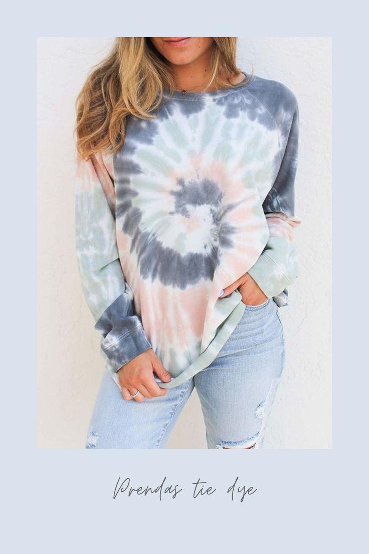 El teñido anudado está en tendencia, va y viene cada cierto tiempo. Por eso te invito a ver estas ideas para que te inspires y sepas cpomo usarlo y verte increíble. #tidye #modatiedye #modahippie Designs Tie Dye, Moda Tie Dye, Batik Mode, Diy Tie Dye Shirts, Tie Dye Tops, Diy Tie Dye Sweatshirt, Diy Shirt, Tye Die Shirts, Dip Dye Shirt
