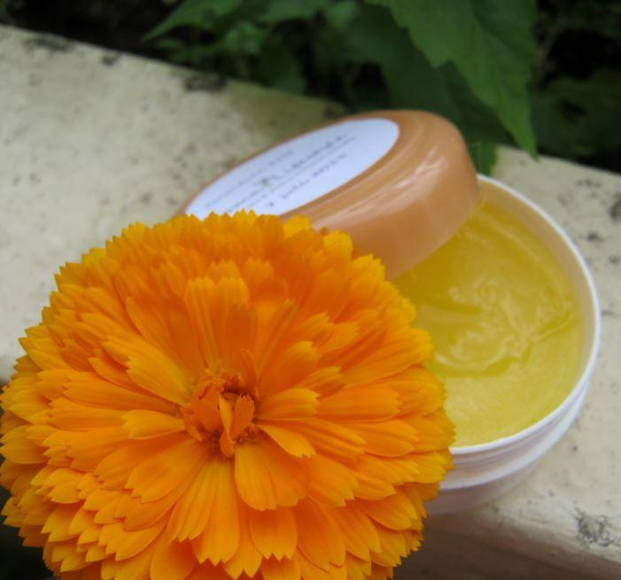 Calendula zalf is verzorgend en verzacht de huid bij irritaties, schaafwondjes en uitslag. Makkelijk zelf te maken, zie website.