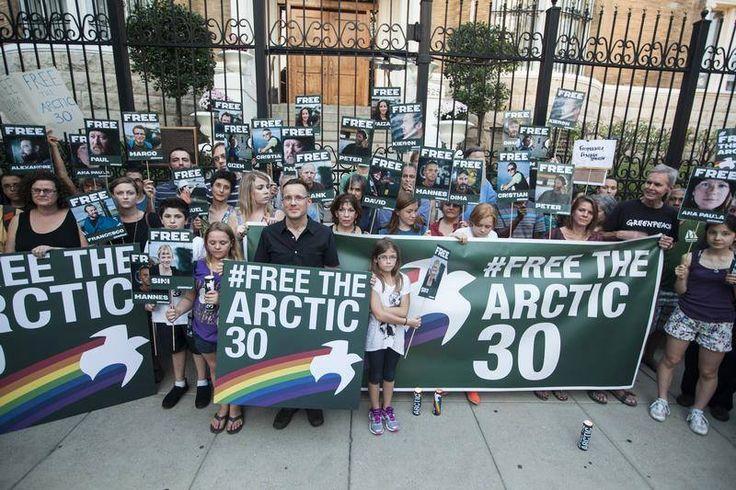 Bu cumartesi, dünyanın farklı noktalarında Gizem ve diğer arkadaşlarımızın serbest bırakılması için mumlar yakıldı, pankartlar açıldı, yürüyüşler yapıldı...  Rusya'da Gazprom'un petrol platformuna karşı barışçıl eylem yaptıkları sırada tutuklanan barışçıl eylemcilerimizin serbest bırakılması için harekete geçenlerin sayısı günbegün artıyor.   Sen de harekete geçen 1 milyon kişiye katıl>> http://greenpeace.org/freeouractivists/  #FreeTheArctic30 © Greenpeace / Robert Meyers — Washington