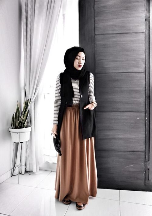 tan maxi skirt hijab look- Hijab fashion magazine http://www.justtrendygirls.com/hijab-fashion-magazine/
