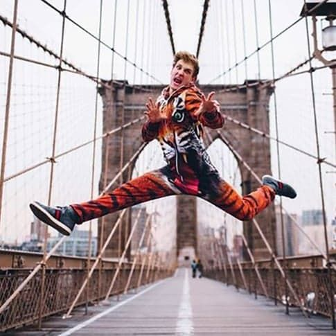 This Funny and Flexible Dude Drops Into Splits All Over NYC