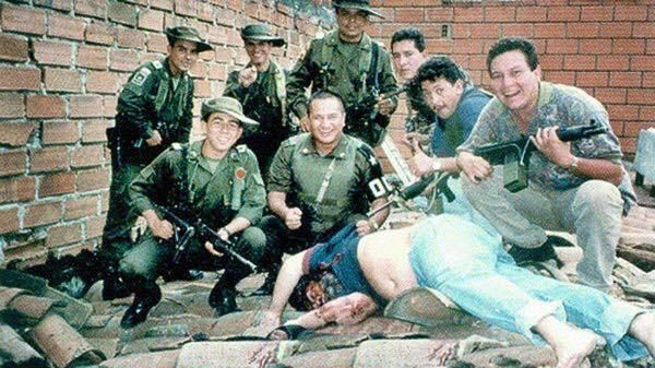 Colombian police stand over the dead body of drug lord Pablo Escobar 1993. http://ift.tt/2xwGiEg