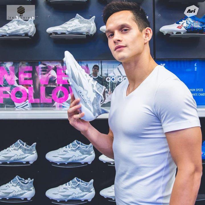 มิก้า ชูนวลศรี นักเตะจากทีม แข้งเทพ (Bangkok United) พร้อมลุยไปกับอาวุธคู่กายด้วย X 16.1 FG Ari Exclusive : Adidas Camouflage Pack • X 16.1 FG - 7,990 บาท (Size 6uk-11.5uk) มีจำหน่ายที่อาริฟุตบอลทุกสาขา #fashion #style #stylish #love #me #cute #photooftheday #nails #hair #beauty #beautiful #design #model #dress #shoes #heels #styles #outfit #purse #jewelry #shopping #glam #cheerfriends #bestfriends #cheer #friends #indianapolis #cheerleader #allstarcheer #cheercomp  #sale #shop…