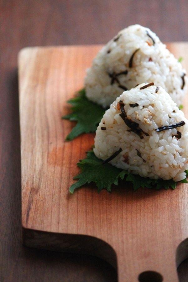 梅ごま昆布おにぎり。 by 栁川香織(Cho-coco) / 梅干も塩昆布も大好きな娘のためのおにぎりです。 / ナディア