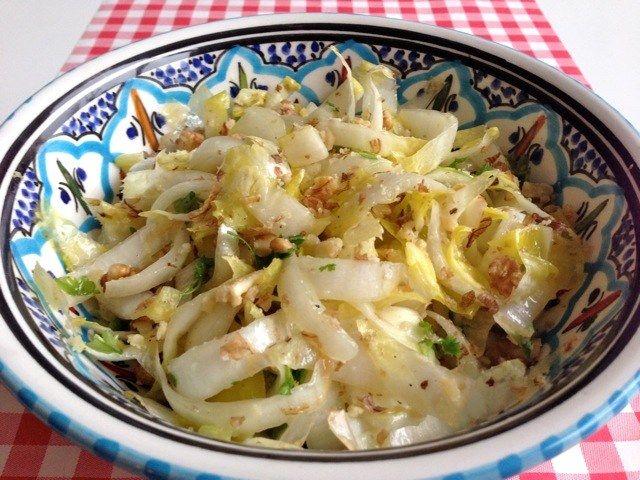 Ook de aller lekkerste Italiaanse witlofsalade maak je gewoon in je eigen keuken! Kijk voor het lekkerste recept nu op AllesOverItaliaansEten.nl!